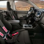 מושבים ספורטיביים עם חגורות בטיחות 4 נקודות