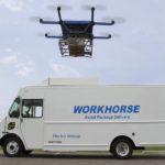 רחפן Flyhorse מעל למכונית חשמלית של Workhorse