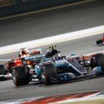 בוטאס מקדים את ווטל בשלבים הראשונים של המרוץ בעוד חרטום מכוניתו של המילטון מציץ מימין