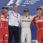 שלושה הנהגים שעלו לפודיום ביחד עם נציג קבוצת מרצדס, אחרי סיום המרוץ