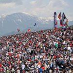 קהל גודש את אחד היציעים וברגע ההרים המושלים המשקיפים על סוצ'י והים השחור