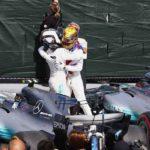 המילטון, בקסדה הצהובה, ובוטאס מתחבקים בסיום המרוץ