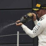 המילטון משקה את ההמונים בשמפניה