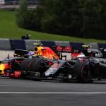 ורסטפאן עוקף את בטון במקלארן (Getty Images/Red Bull Contentpool)