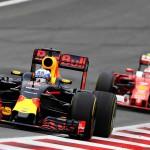 ריקארדו מקדים את ראייקונן באחד משלבי המרוץ (Getty Images/Red Bull Contentpool)