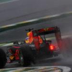 גשם שוטף ירד לאורך כל המרוץ. אחת ממכוניות רד בול