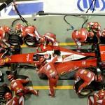 צוות של כ-15 מכונאים עסוק בהחלפת צמיגים וטיפול מהיר במכונית הפרארי של ראייקונן