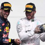 ריקארדו (משמאל) והמילטון עם בקבוקי שמפניה על הפודיום
