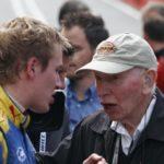 ג'ון סורטיס מעביר משהו מניסיונו לבנו הנרי לפני זינוק למרוץ