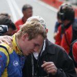 ג'ון סורטיס לוחש עיצה לבנו, הנרי, לפני זינוק למרוץ פורמולה 2 בברנדס האץ', יולי 2009