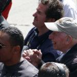 ג'ון סורטיס מוחא כפיים כאשר הנרי ניצב על הפודיום כשסיים שלישי במרוץ הפורמולה 2 בברנדס האץ', יולי 2009