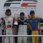 הנרי סורטיס (מימין) סיים שלישי במרוץ הראשון למכוניות פורמולה 2 בברנדס האץ, יולי 2009