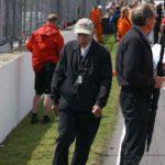 ג'ון סורטיס עוזב את הגריד כמה דקות לפני הזינוק למרוץ האחרון של בנו