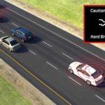 נהג/ת המכונית הלבנה מאחור מקבל/ת התראה לבלימת חירום
