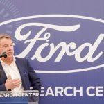 ביל פורד מדבר בעת טקס הפתיחה
