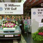 פייך (מימין) באירוע לציון ייצור היחידה ה-15 מיליון של פולקסווגן גולף