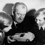 פייך (מימין) מקבל הסבר על מכונית מסבו, פרדיננד פורשה. מאזין להסבר גם בוצי פורשה, מי שעיצב את הפורשה 911