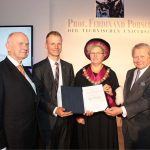 """פייך (משמאל) בטקס הענקת פרסים ע""""ש פרדיננד פורשה"""