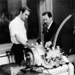 """פייך (משמאל) מראה מנוע חדש לפורשה 911 לפרי פורשה, דודו ומנכ""""ל פורשה"""