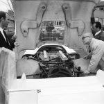 פייך משגיח על הרכבת מכונית המרוצים פורשה 917 ב-1969