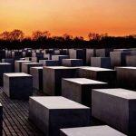 """תמונה מהתערוכה """"אנדרטה לזכר יהודי אירופה שנרצחו. תצלומים ושירים על השואה,"""" מאת קארל טייל, בכיר בפולקסווגן. במשך תקופה ארוכה תיעד טייל את האנדרטה לזכר הנספים בשואה בברלין והתערוכה מורכבת מתמונות אלה."""